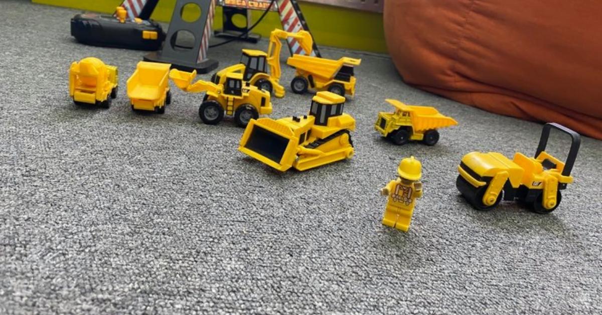 Małe dzieci jako kierownicy budowy