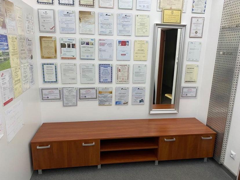 Cała ściana dyplomów